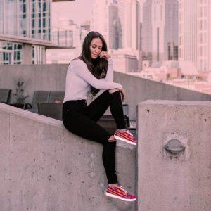 mujer con zapatillas urbanas fucsia